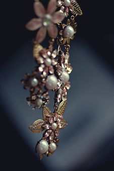 Free Gold Pearl And Rose Gold Flower Necklace Stock Photos - 83077773