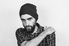 Free Man In Beanie Holding His Shoulder Stock Photography - 83077792