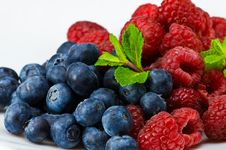 Free Blueberry And Raspberry With Mint Leaves Royalty Free Stock Images - 8367659