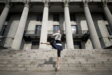 Free Female Dancer In The Outdoor Royalty Free Stock Image - 8372156
