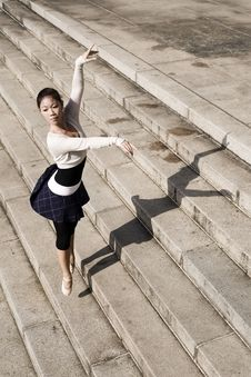 Free Female Dancer In The Outdoor Royalty Free Stock Photography - 8372597