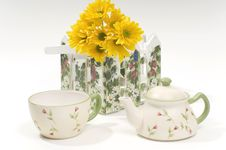 Free Teapot And Cup With Yellow Flowers Stock Photography - 8428852