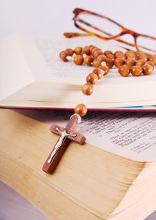 Free Open Bible With Rosary And Glasses Stock Image - 8469991