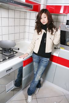 Free Beautiful Girl In    Kitchen Stock Photography - 8471052