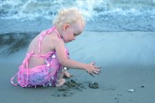 Free Little Girl On A Beach Royalty Free Stock Images - 8491529