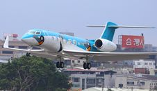 Free Commercial Airliner Over Urban Neighborhood Royalty Free Stock Photography - 84904917