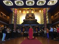Free Worshipers Praying To Buddha Statue Stock Photography - 84907172