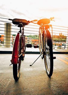 Free Two Bicycles Side By Side In City Stock Images - 84912724