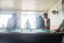 Free Men In Pool Hall Royalty Free Stock Image - 84928166
