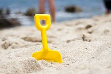 Free Plastic Spade On The Beach Royalty Free Stock Photography - 84931527