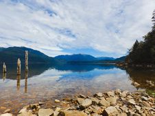 Free Rocky Lake Coast Royalty Free Stock Photos - 84932438