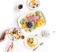 Free Sliced Oranges Kiwi Melon Blueberry And Dragonfruit On White Ceramic Platter Royalty Free Stock Photo - 84934495