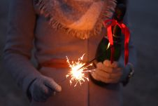 Free Person With Bottle Of Champagne And Sparkler Royalty Free Stock Photos - 84936118