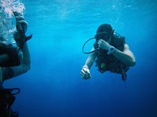 Free Divers Under The Sea Royalty Free Stock Photos - 84936958
