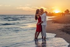 Free Romantic Couple Kissing On Beach Royalty Free Stock Photography - 84937617