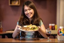 Free Smiling Girl Shows Her Plate Of Food Stock Photography - 84938362