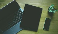 Free Black Ipad Beside Green Iphone 5c Royalty Free Stock Photos - 84943308