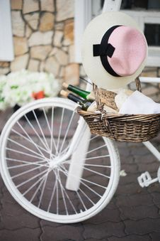 Free Bicycle And Food Basket Royalty Free Stock Images - 84957209