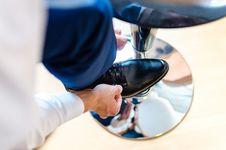 Free Man Tying Shoelaces Royalty Free Stock Photos - 84959988