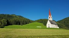 Free White Gray And Red Chapel On Green Field During Clear Sky Day Time Royalty Free Stock Photos - 84969158