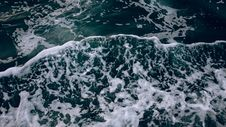 Free Frothy Waves In Ocean Water Royalty Free Stock Photos - 84980578
