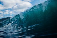 Free Rolling Ocean Waves Under Clear Blue Sky Royalty Free Stock Images - 84996609