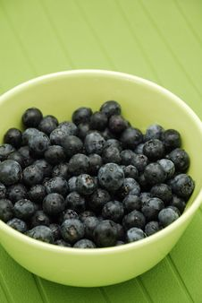 Free Blueberries In Green Bowl Over Green Royalty Free Stock Photography - 8500547