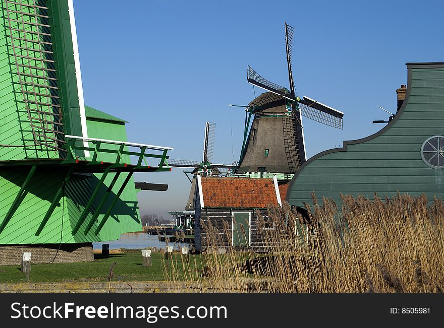 Windmill for grinding pigments