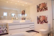 Free Contemporary Bathroom Interior Royalty Free Stock Images - 85156449