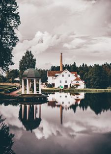 Free White House Reflecting In Lake Stock Images - 85198814