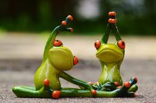 Free Green Ceramic 2 Frog Figurine Doing Exercise Royalty Free Stock Image - 85211456