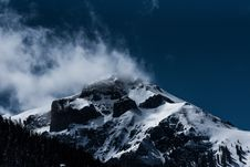 Free Clouds On Snow Capped Mountain Peak Royalty Free Stock Photography - 85277047