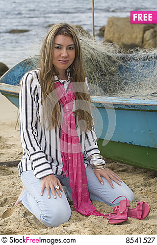 Free Pink Scarf On The Beach Royalty Free Stock Photography - 8541527