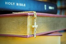 Free Holy Bible With Cross Royalty Free Stock Photography - 8554247