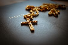 Free Holy Bible With Cross Stock Image - 8554251