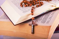 Free Open Bible With Rosary Royalty Free Stock Image - 8590826