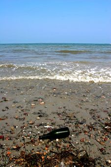 Free Bottle In The Ocean Royalty Free Stock Photos - 860678