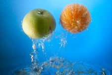 Free Orange And Apple In Water Royalty Free Stock Photo - 8608805