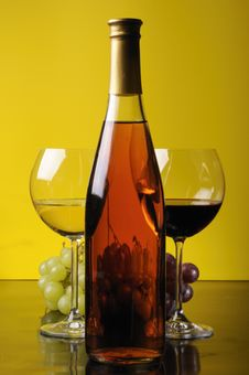 Free Grapes, Bottle And Two Glasses Of Wine Stock Photos - 8612803