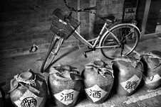 Free Grayscale Photography Of Dutch Bike Behind Jars Royalty Free Stock Photo - 86181935