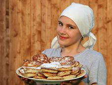 Free Woman In Grey Crew Neck Shirt Holding A White Ceramic Plate With Pancakes Royalty Free Stock Photos - 86182578