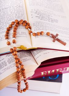 Free Open Bible And Rosary Royalty Free Stock Images - 8627799