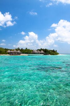 Free Lagoon And Beach Bungalows On Maldives Island Royalty Free Stock Photos - 86211038