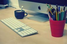 Free Blue Green And Black Colored Pencils On Red Plastic Cup Beside Silver Imac Royalty Free Stock Photography - 86220757