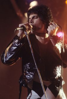 Free Freddie Mercury Singing On-stage Royalty Free Stock Photos - 86229938