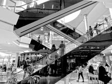Free Escalator In Modern Shopping Center Royalty Free Stock Photos - 86230968