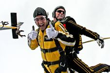 Free Man In Yellow Jumpsuit And Man In Black Jumpsuit Sky Diving Royalty Free Stock Photography - 86254617