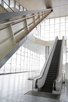 Free Glass Hall With Escalator Royalty Free Stock Photography - 8633117