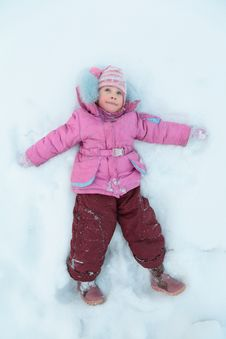 Free Little Girl Lying On Snow Royalty Free Stock Photography - 8633217