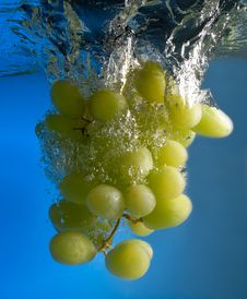 Free Grapes In Water Royalty Free Stock Photos - 8637568